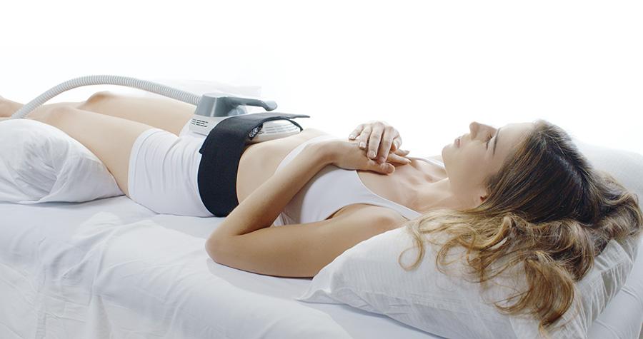 Frau bei EMSCULPT-Behandlung am Bauch, Klinik am Wittenbergplatz, Berlin