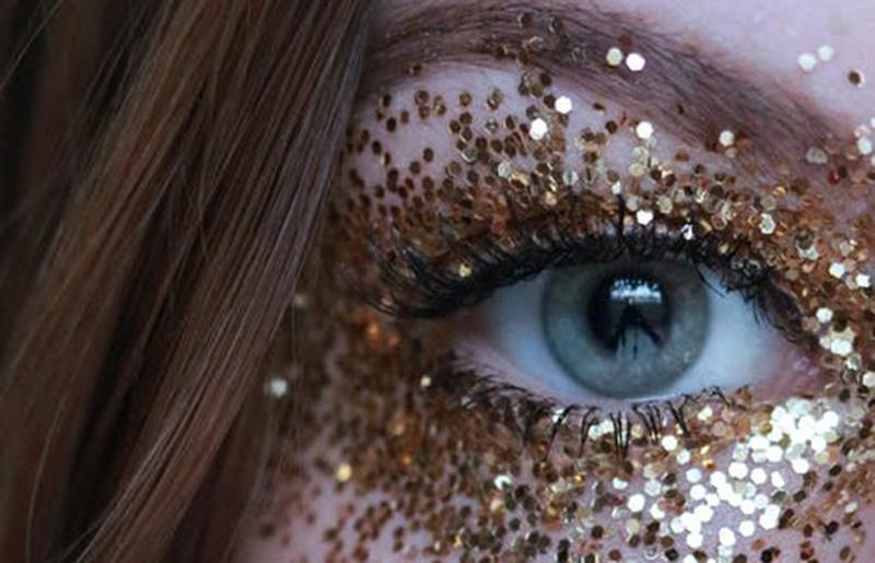 Auge mit Glitter für Augenlid-Korrektur Prof. Peter Berlin