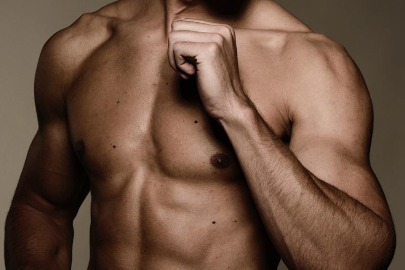 durchtrainierter Männeroberkörper, EMSCULPT-Behandlung für Männer, Muskeln aufbauen