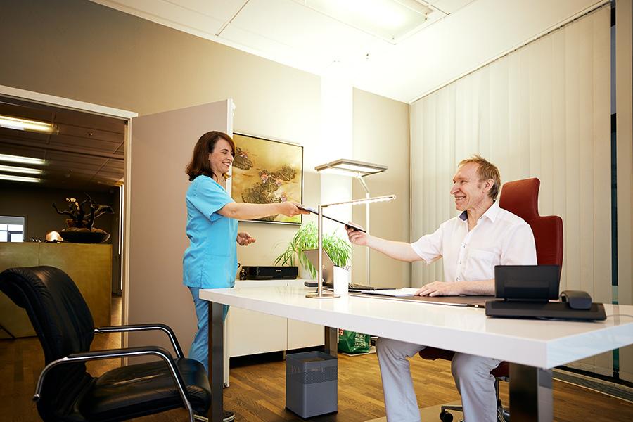 Prof. Peter Plastischer Chirurg mit Sprechstundenhilfe in der Klinik am Wittenbergplatz, Berlin