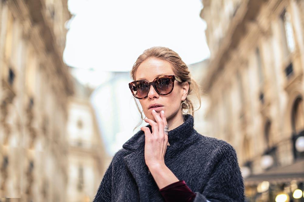 Frau mit Sonnenbrille / Promis und Schönheits-OPs