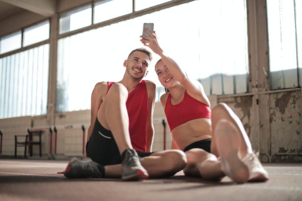 Mann und Frau beim Sport - EMSCULPT Behandlung für straffen Körper