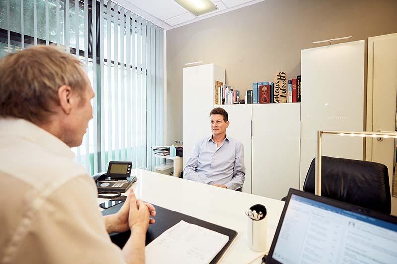 Männlicher Patient im Beratungsgesrpäch mit Prof. Dr. Frank-Werner Peter