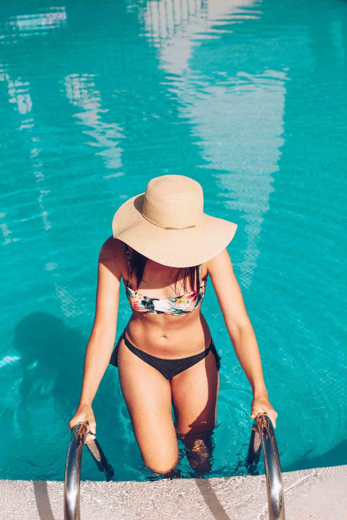 Frau im Swimmingpool - Summer Body mit EMSCULPT und anderen Schönheitsbehandlungen