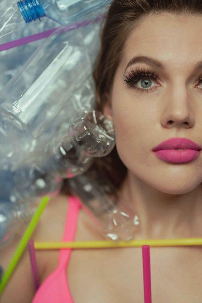 symmetrisch Gesicht einer Frau, geschminkt für Kombinationsbehandlungen in der Schönheitschirurgie