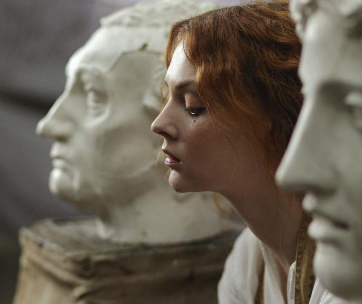 Geischt zwischen Statuen der klassischen Antike Schönheiten